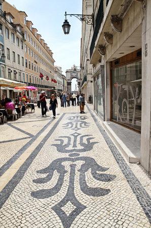 augusta: LISBOA - - 27 de mayo de 2012: Calle peatonal Rua Augusta en Lisboa Editorial