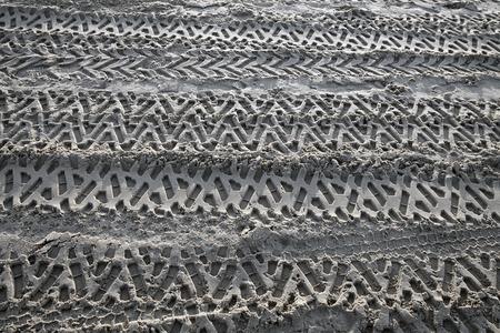 rodamiento: Las huellas de la banda de rodadura del coche en la arena