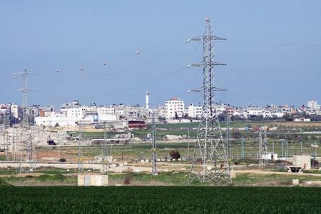 autonomia: La transmisi�n de electricidad de Israel a la autonom�a palestina Foto de archivo