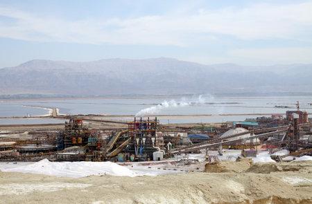 evaporacion: Mar Muerto, Israel - 17 de diciembre, 2014: las plantas del Mar Muerto y estanques de evaporación