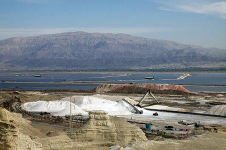 evaporacion: Mar Muerto, Israel - 17 de diciembre 2014: Las plantas del Mar Muerto. Los estanques de evaporaci�n, pila de potasio