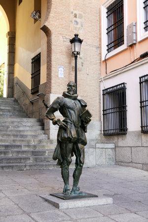 don quijote: TOLEDO, ESPAÑA - 07 de octubre 2013: Monumento al escritor Miguel de Cervantes en Toledo