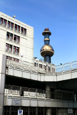 inceneritore: VIENNA, AUSTRIA - 23 SETTEMBRE 2007: Shpitelau dell'inceneritore di Vienna. L'architetto Hundertwasser Editoriali
