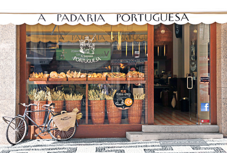 LISBON, PORTUGAL - MAY 27, 2012: Beautifully decorated showcase bakery in Lisbon 新聞圖片