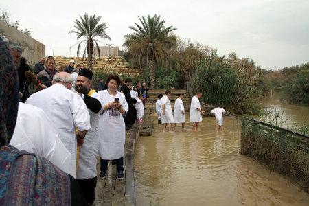bautismo: RIO JORDAN, ISRAEL - 14 de diciembre de 2014: El bautismo en el r�o Jord�n por la tradici�n ortodoxa