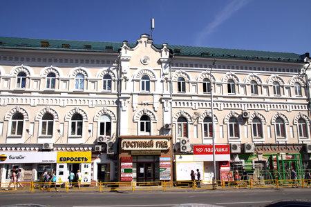 letreros: PENZA, Rusia - 13 de agosto de 2012: Galer�a comercial en la antigua casa del siglo 19. En los carteles est�n escritos los nombres de las tiendas Editorial
