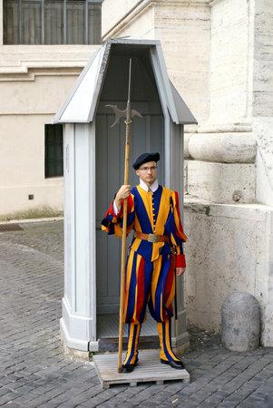 halberd: VATICAN, VATIKAN - OCTOBER 12, 2013: Vatican Swiss Guard in a suit from a sketch by Leonardo da Vinci Editorial
