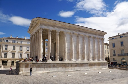 templo romano: NIMES, FRANCE - OCTOBER 12, 2013: Roman temple Maison Carree in Nimes Editorial