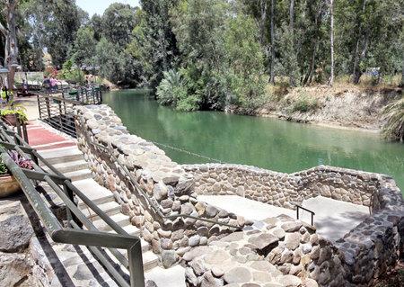 bautismo: RIO JORDAN, ISRAEL - JUNIO 01, 2013: Yardenit - el sitio de bautismo de Jesucristo por Juan el Bautista en el r�o Jord�n Editorial