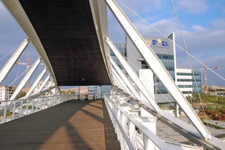 yam israel: BEER SHEVA, ISRAEL - DECEMBER 24, 2016: Footbridge and the building in the High-Tech Park Gev Yam Negev