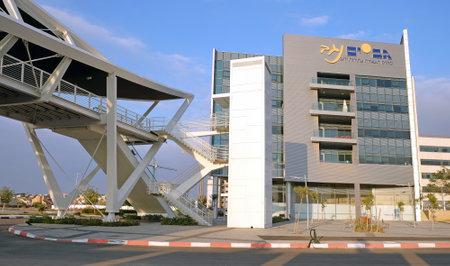 yam israel: BEER SHEVA, ISRAEL - DECEMBER 24, 2016: Footbridge and the building in the High-Tech Park Gev Yam Negev in Beer Sheva