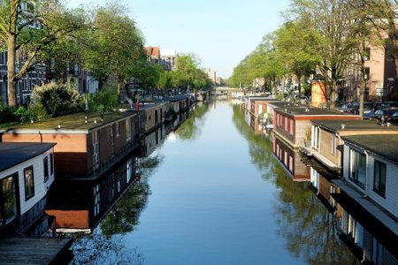 AMSTERDAM, NEDERLAND - 14 mei 2017: Woonboot op het kanaal in het historische deel van Amsterdam Redactioneel
