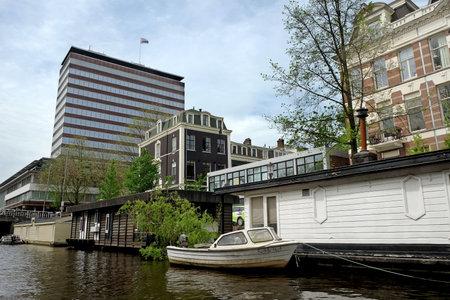 AMSTERDAM, NEDERLAND - 13 mei 2017: Woonboot op het kanaal in Amsterdam