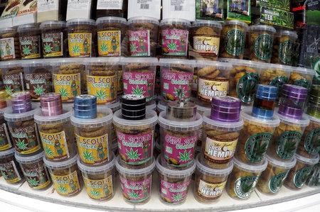 AMSTERDAM, NEDERLAND - MEI 13, 2017: Winkel voor openbare verkoop van cannabis en producten van het