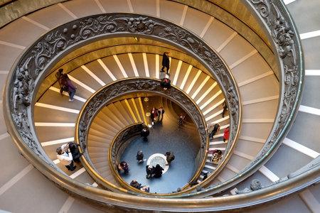 バチカン、バチカン - 12月29、2017:バチカン美術館でジュゼッペモによって1932年に作成された螺旋階段