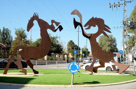 BEER SHEVA, ISRAELL - 3 JANVIER 2019 : Sculptures modernes de deux chevaux stylisés à un rond-point de la vieille ville de Beer Sheva