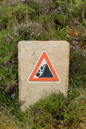 Rockfall warning sign at hiking trail at Knockan Crag in North West Highlands Geopark, Scotland 版權商用圖片
