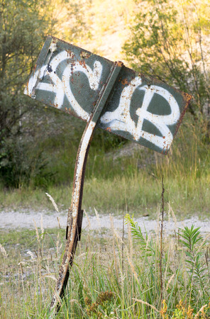 落書きとさびた金属看板近くのミュンヘン、ドイツ 写真素材