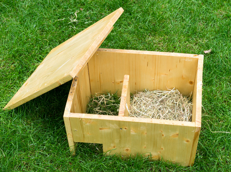 Do it yourself hedgehog shelter with open roof and hay - diagonal view from above Stockfoto