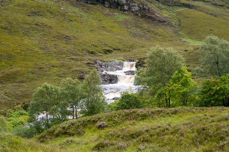 Wilder Fluss mit Kaskade in der Nähe von Little Loch Broom, Schottisches Hochland, Nordschottland Standard-Bild