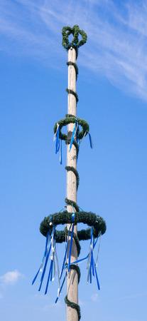 反对蓝天的传统巴伐利亚maypole