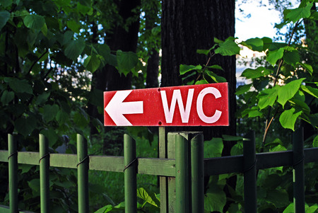 wc: ein WC-Zeichen in den Park Lizenzfreie Bilder