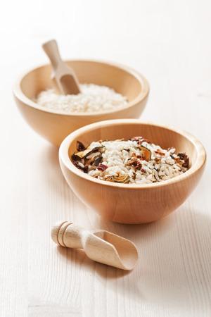 dried vegetables: Mezcla de arroz crudo y legumbres secas en un taz�n de madera sobre un fondo claro Foto de archivo