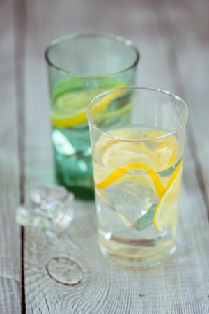 water thyme: Dos vasos de limonada con hojas de menta