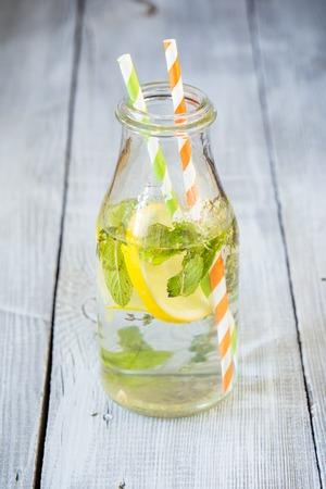 water thyme: Botella de limonada con menta y tomillo
