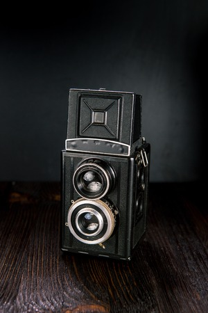 viewfinder vintage: Old medium format camera on a wooden background