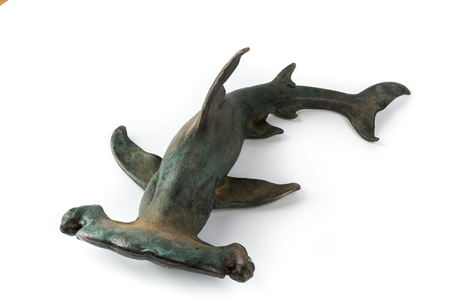 pez martillo: Decorativo tiburón martillo estatuilla, aislado sobre fondo blanco.