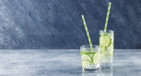 Fresh cool cucumber infused water, cocktail, detox drink, lemonade in a glass. Health care, fitness, healthy nutrition diet concept. Imagens