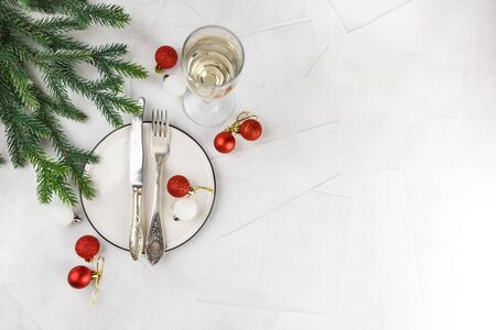 Festive place setting for christmas dinner on white rustic background. Christmas table setting with red and white decorations. Top view. Copy space. 스톡 콘텐츠