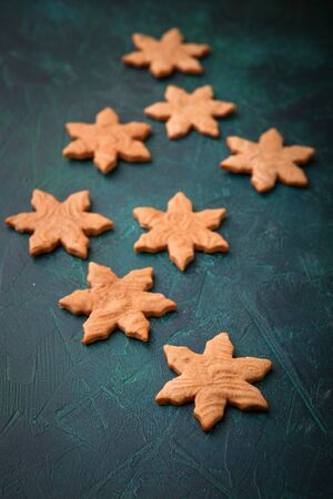 Christmas homemade gingerbread cookies on dark green background with copy space for text top view. New year and Christmas postcard Imagens