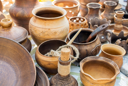 Clay dishes. Traditional rustic crockery. Brown and beige pottery plates, jugs, vases and pots Standard-Bild