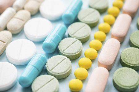 Opioid-Schmerzmittel-Krise und Drogenmissbrauchskonzept. Epidemie der Abhängigkeit von Opioiden und verschreibungspflichtigen Medikamenten. Verschiedene Arten von mehrfarbigen Pillen. Pharmazeutischer Hintergrund Standard-Bild