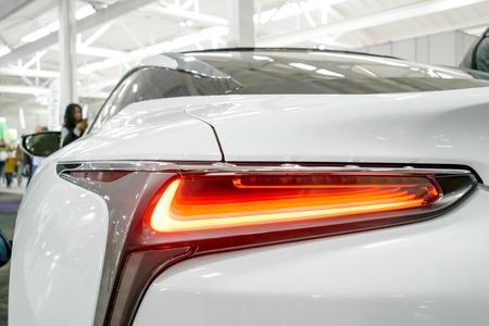 Luz trasera, faro de coche de lujo de prestigio moderno. Primer plano, vista macro del faro del coche de xenón LED, faro de la lámpara