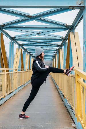 Running Warm Up, Warming Up Before Run, Prerun Warmup. Sporty woman stretching legs before jogging. Female Runner doing warm-up before the marathon 免版税图像 - 168508722