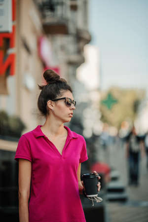 Cities and Mental Health. Living in big, cities, increased population density, traffic noise, metropolis pollution. Brunette young woman on the street of big city, megalopolis 免版税图像