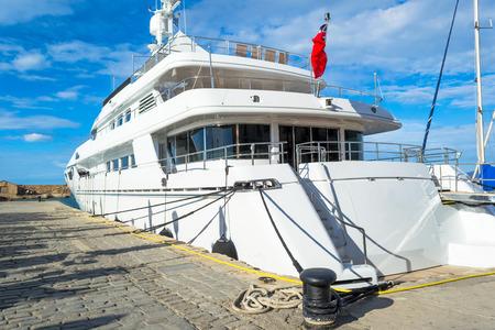 Piękny duży statek na morzu, w pobliżu nabrzeża