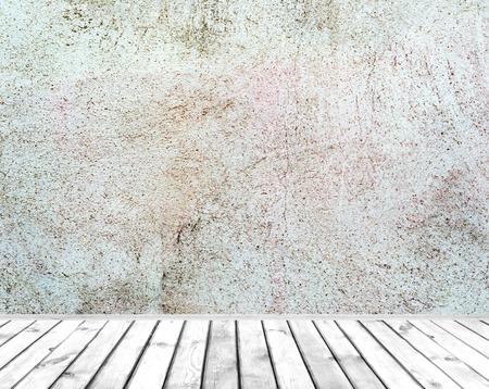 Wnętrze pokoju: szare ściany malowane cementu ze starej drewnianej podłodze