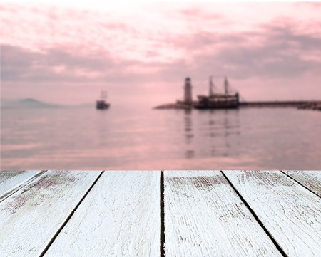 olas de mar: Lighthouse and sail ships in the sea at sunset, Alanya, Turkey, wooden plank in perspective