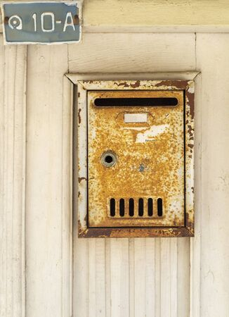 Metal rusty mail box on the door Stockfoto - 129264883