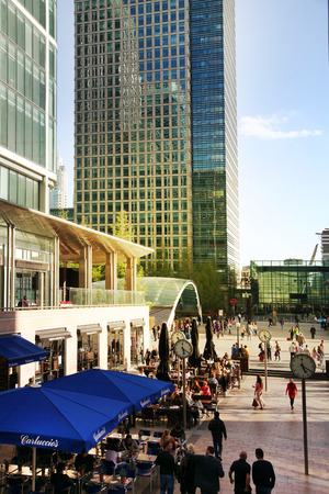 ruch: LONDON, CANARY WHARF UK - APRIL 13, 2014  - Modern glass architecture of Canary Wharf business aria, and office workers