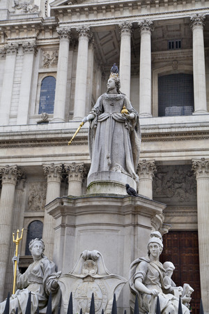 st paul s cathedral: LONDON, UK - JULY 6, 2014  Queen Victoria monument next to St  Paul s cathedral