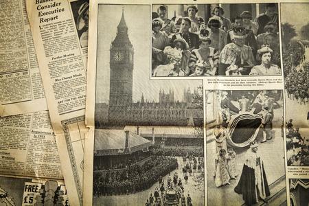 oude krant: Uitstekend nieuws papier achtergrond Redactioneel