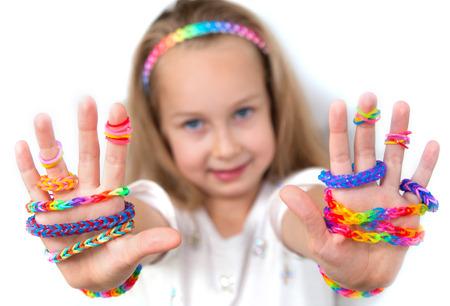 織機バッグ クラフト小さな女の子彼女の作品を示す
