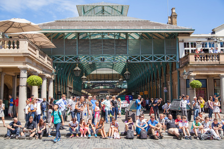 covent garden market: Covent Garden market, one of the main tourist attractions in London, known as restaurants, pubs, market stalls, shops and public entertaining.