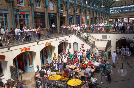 covent garden market: Paella in Covent Garden market, one of the main tourist attractions in London, known as restaurants, pubs, market stalls, shops and public entertaining.