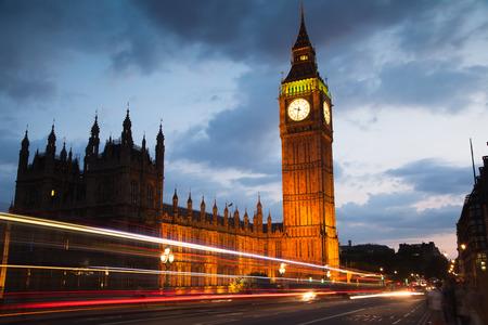 bus anglais: LONDRES, Royaume-Uni - le 21 Juillet, 2014: Big Ben et des maisons du Parlement dans le crépuscule